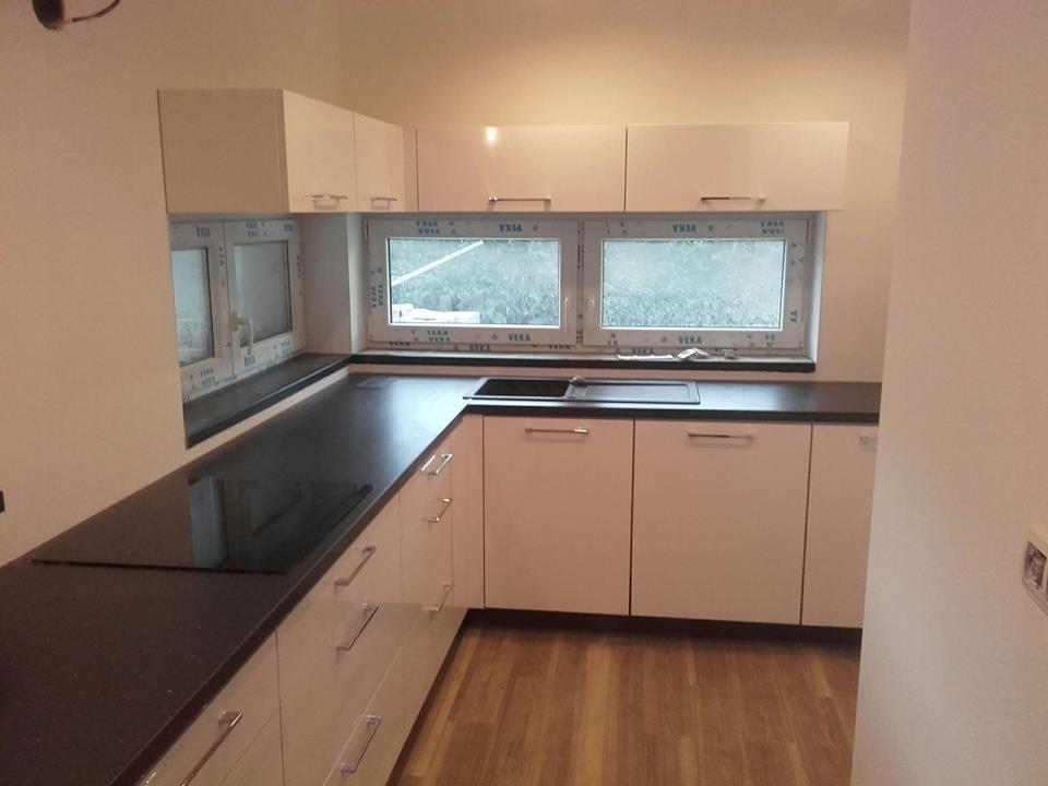Druhá část bílé kuchyňské linky s oknem